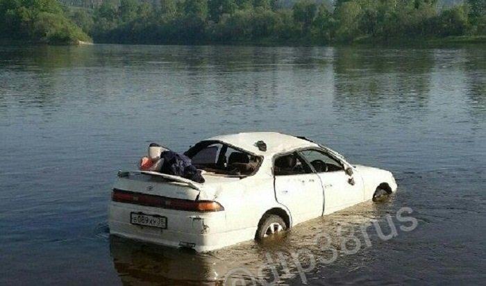 ВШелеховском районе водитель Toyota Mark IIопрокинул автомобиль вреку Иркут