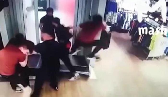 ВМоскве неизвестные устроили массовую драку вмагазине Adidas иукрали фирменную одежду (Видео)