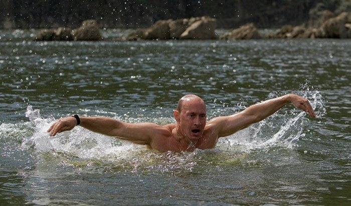 Владимир Путин прокомментировал свои фото вполуголом виде