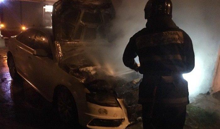 Два автомобиля горели наулице Станиславского вИркутске (Видео)