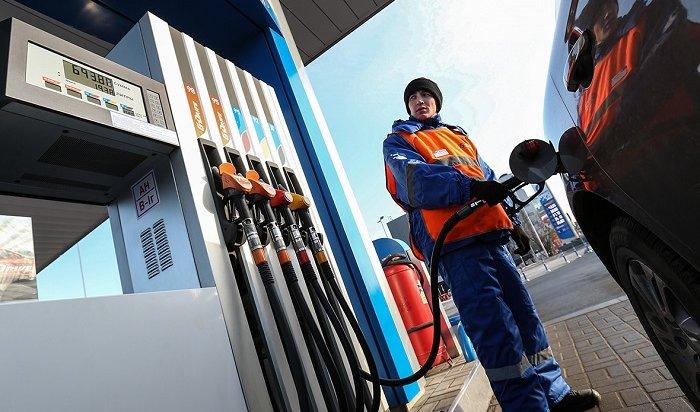 Жителям России предрекли цену в100рублей залитр бензина