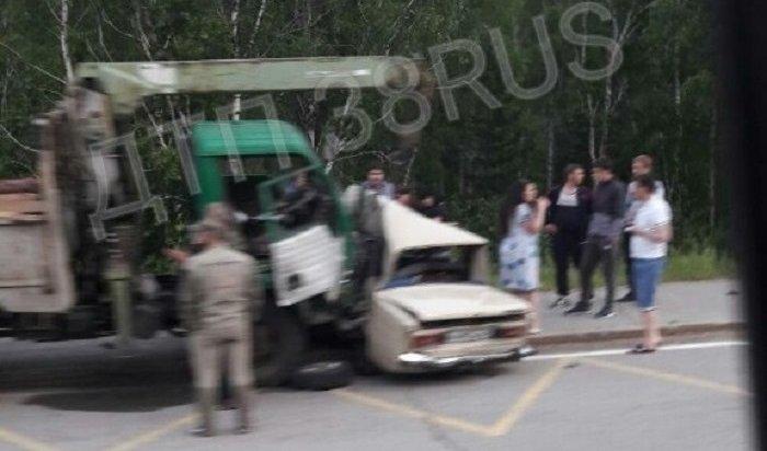 ВАЗ-2106столкнулся сгрузовиком наповороте впоселок Маркова