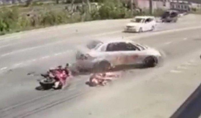 Мотоциклист разбился насмерть при столкновении стакси наулице Мира вИркутске (Видео)