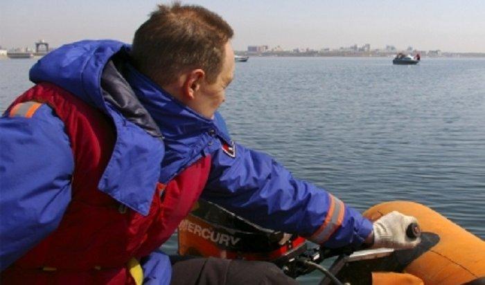 Спасатели пришли напомощь пассажирам лодки, дрейфующей наИркутском водохранилище