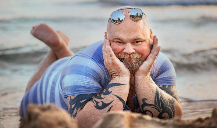 Фотограф высмеял типичные пляжные снимки, переодев друга вкупальник (Фото)