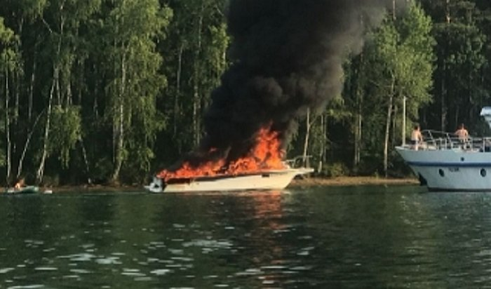 ВЕршовском заливе сгорело моторное судно «Yamaha», есть пострадавшие (Видео)