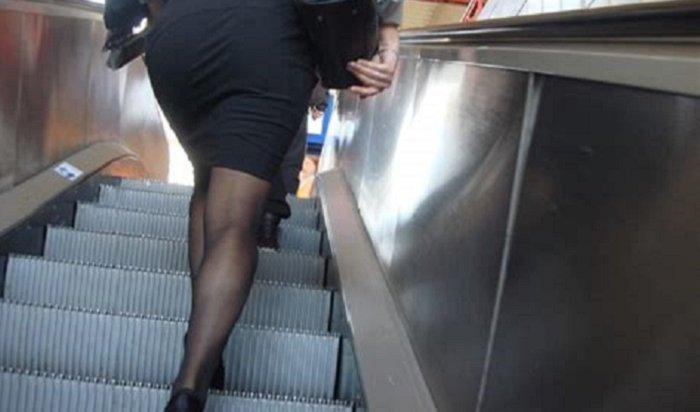 Эскалатор столичного метро стянул смосквички юбку