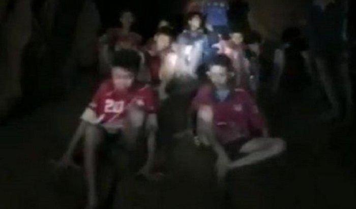 12детей, пропавших взатопленной тайской пещере неделю назад, найдены живыми (Видео)