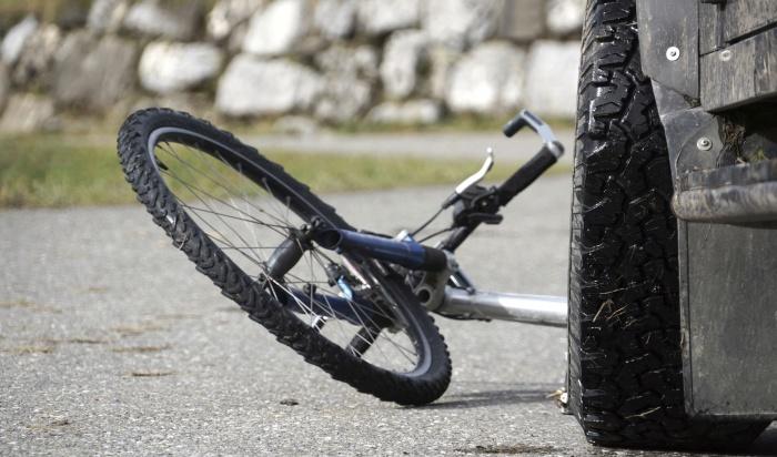 Женщина зарулем Nissan Note сбила велосипедиста наБайкальском кольце (Видео)