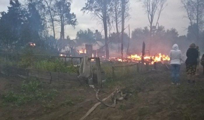Пожар чуть неуничтожил пять дачных участков вУсольском районе