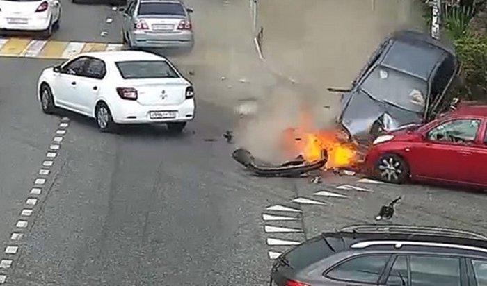 Уснувший зарулем водитель сбил шестерых пешеходов натротуаре вСочи (видео)