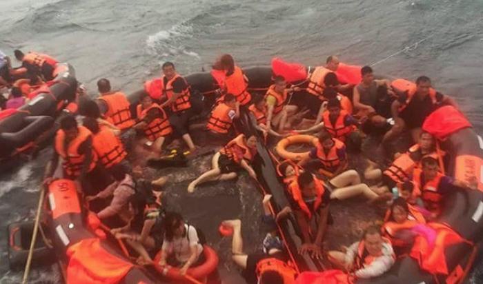 ВТаиланде перевернулись два судна стуристами, есть жертвы (Видео)