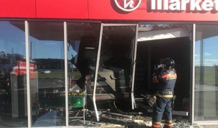 ВАнгарске Land Rover въехал вздание минимаркета наАЗС