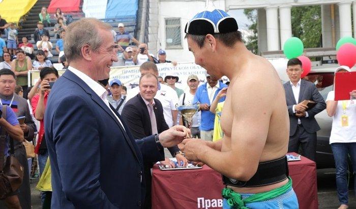 Губернатор Приангарья вручил ключи отавтомобиля победителю «Алтарганы» вбурятской борьбе