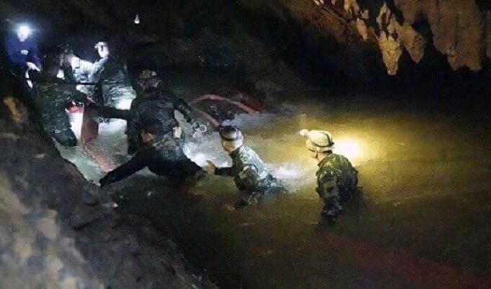 Пока Илон Маск испытывает мини-субмарину, спасатели уже вытащили четверых детей изтайской пещеры (Видео)