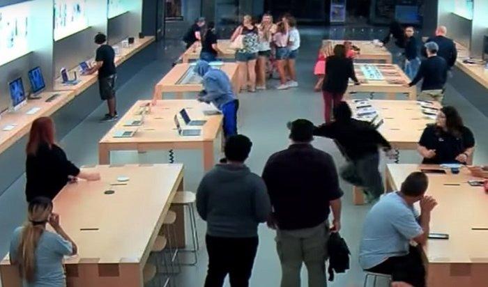Американские подростки ограбили Apple Store заполминуты (Видео)
