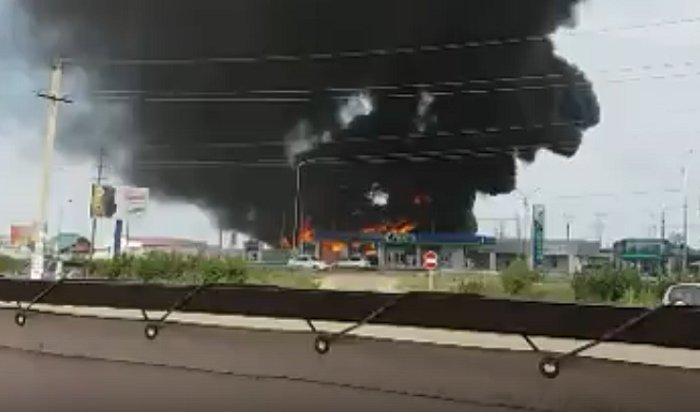 В Хомутово горит здание около АЗС (Видео)