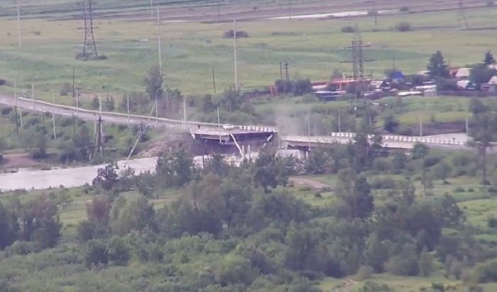 ВЧите рухнул мост (Видео)