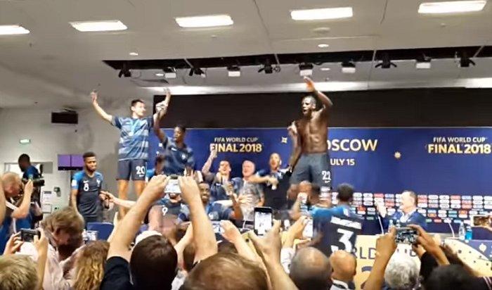 Французские футболисты станцевали настоле иоблили всех шампанским (Видео)