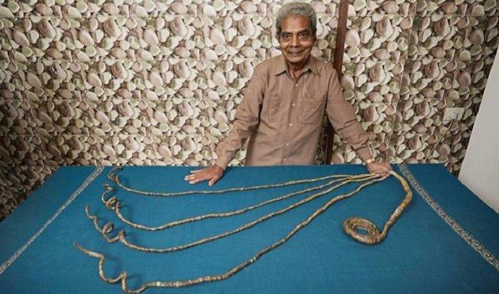 Индиец остриг ногти, которые растил 66лет (Видео)