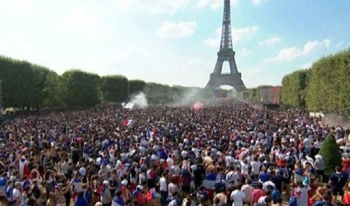 300тысяч болельщиков отпраздновали победу своей сборной вПариже (Видео)