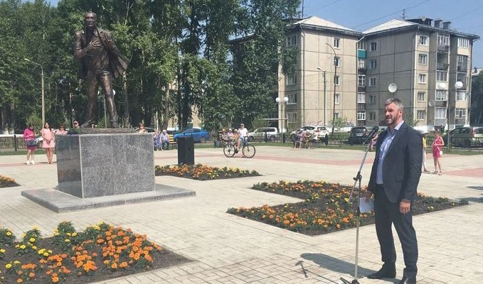 ВЗиме установили памятник Евгению Евтушенко