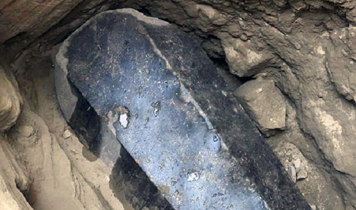 ВЕгипте внайденном черном саркофаге обнаружили три мумии