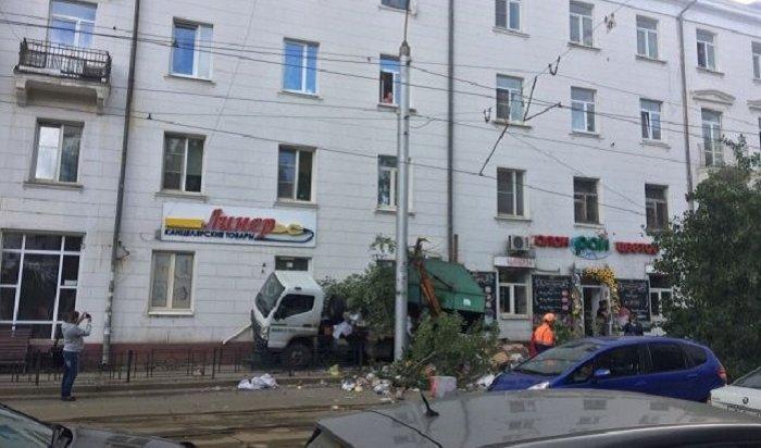 НаСтепана Разина вИркутске мусоровоз протаранил жилой дом (Видео)