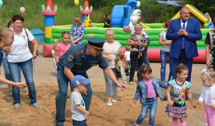 Пожарные Усть-Кута вДень города подарили детям площадку