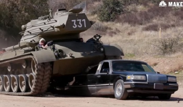 Арнольд Шварценеггер расплющил лимузин личным танком (Видео)