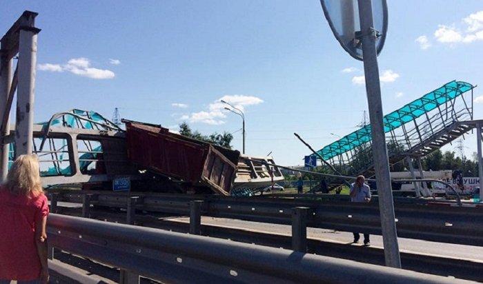 ВПодмосковье водитель самосвала обрушил мост (Видео)