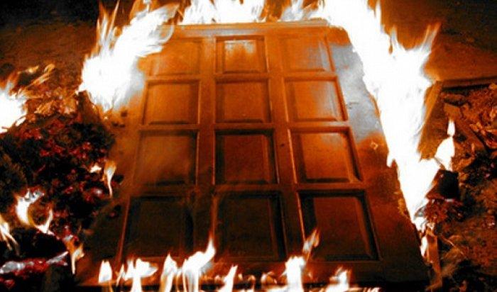 ВИркутске мужчина поджег дверь квартиры из-за неприязни кжильцам