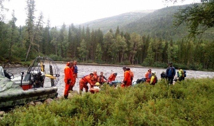 Насевере Иркутской области сотрудники МЧС спасли восемь туристов надвух катамаранах