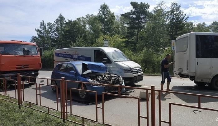 ВШелехове КАМАЗ въехал вдва автомобиля имаршрутку