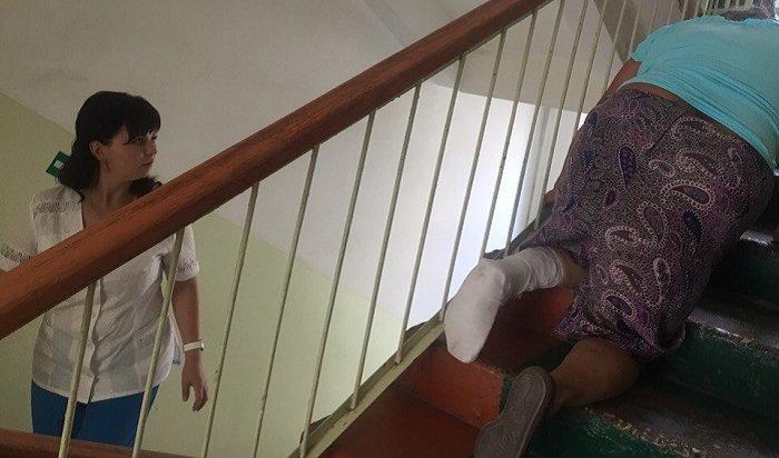 Мордовская бабушка сосломанной ногой ползла ктравматологу натретий этаж (Видео)