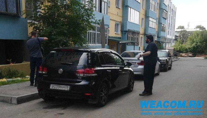 ВИркутске кровельный материал сорвался скрыши девятиэтажки и«прошил» автомобиль