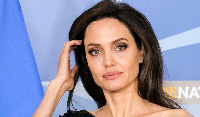 Анджелина Джоли госпитализирована спсихическим расстройством