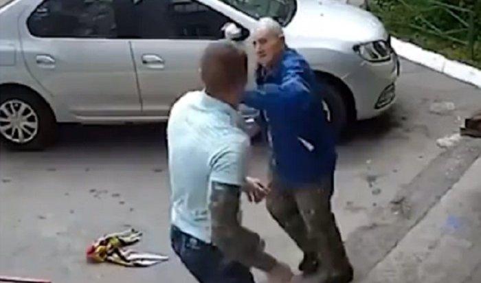 Отморозок избил двух пенсионеров вЧелябинске (Видео)