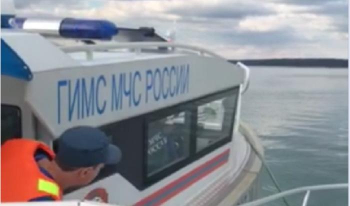 ВИркутском водохранилище спасатели эвакуировали катер сдвумя рыбаками