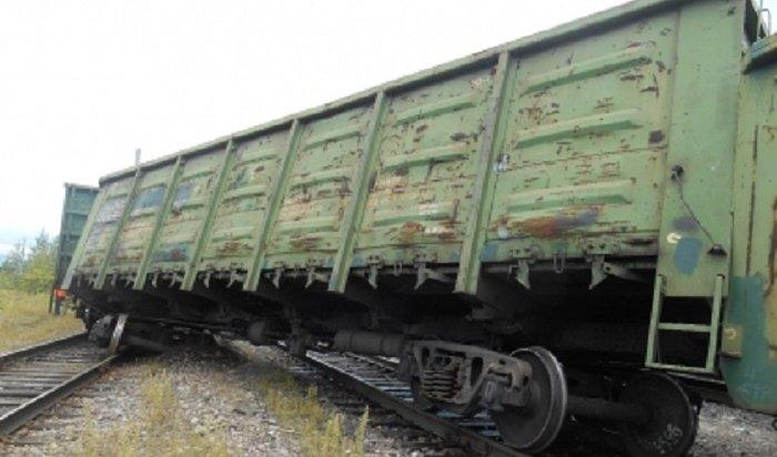 Следователи проводят проверку после схода двух грузовых вагонов вУсть-Куте