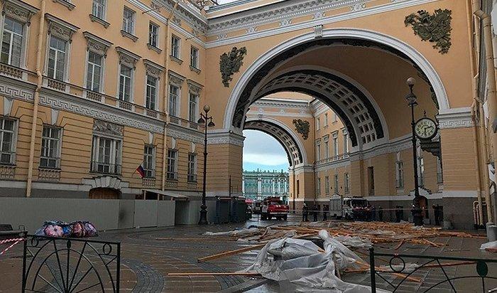Строительные леса рухнули в центре Санкт-Петербурга на прохожих (Видео)