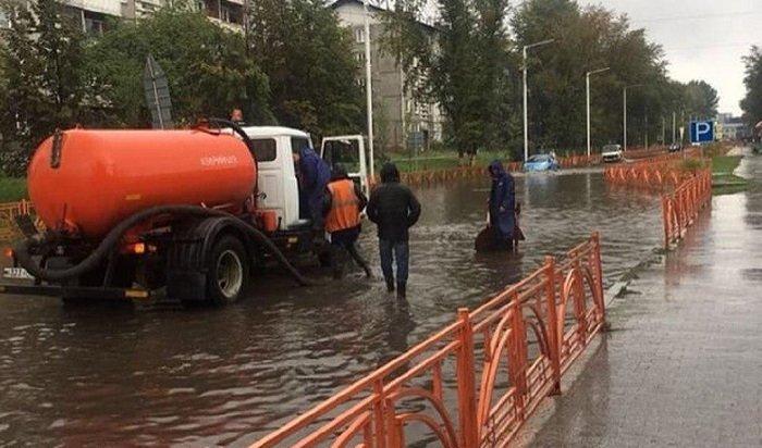 ВИркутске ликвидируют последствия ливневого дождя