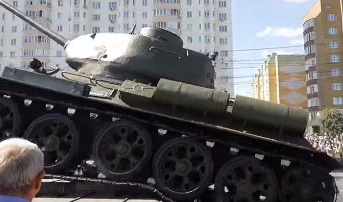 ВКурске танк-ветеран рухнул спомоста после парада (Видео)