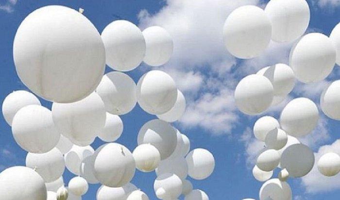 Внебо Беслана выпустили белые шары впамять ожертвах теракта (Видео)