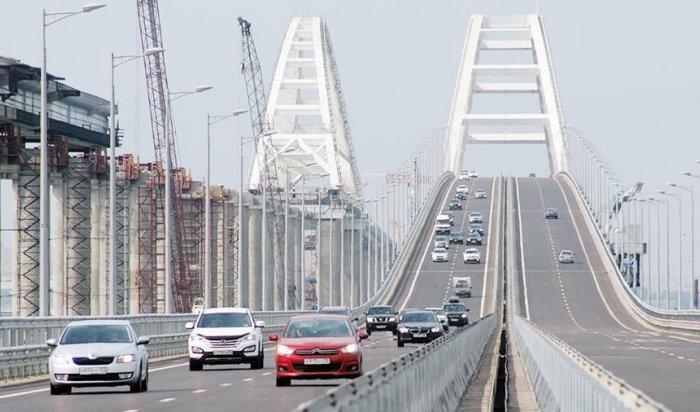 Вопору Крымского моста врезался плавучий кран (Видео)