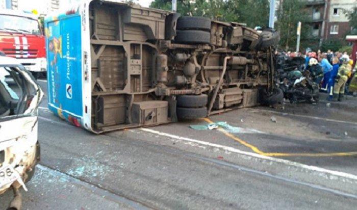 ВСанкт-Петербурге BMW протаранила маршрутку спассажирами, двое погибли (Видео)
