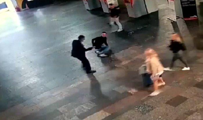 Жуткие кадры: наКурском вокзале пьяный рецидивист «крошил» людей ножом (Видео)