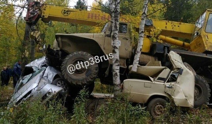 Грузовик «Урал» врезался вдва автомобиля вЖелезногорске-Илимском
