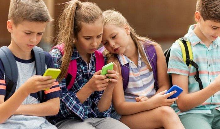 Россияне поддерживают идею запрета смартфонов вшколах