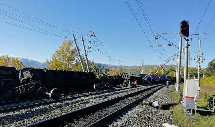 Грузовой поезд сошел срельсов научастке Слюдянка— Ангасолка (Фото)